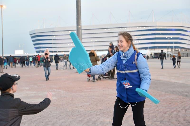 Kaliningrad Ryssland Volontären av den FIFA världscupen av 2018 med indexet på en hand baltisk stadion för arena royaltyfri fotografi