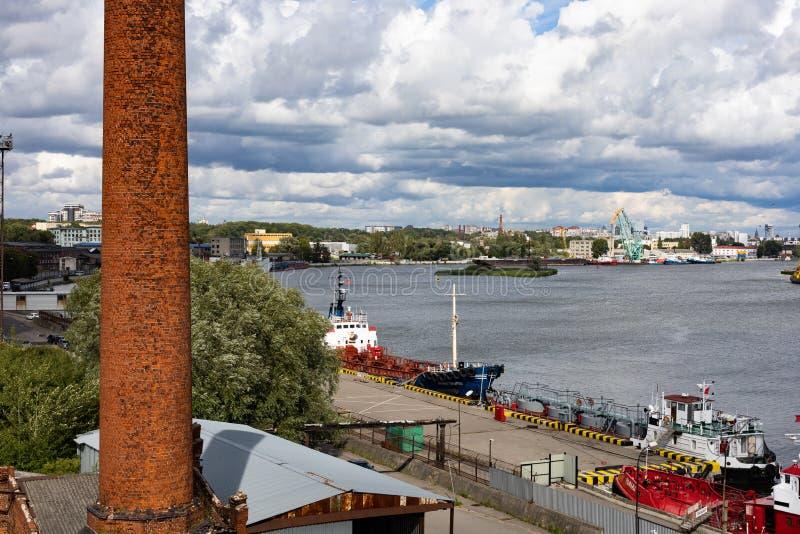 Kaliningrado, Rusia - 8 de julio de 2019: Buques y grúas de carga en el puerto principal de la pesca en mar imágenes de archivo libres de regalías