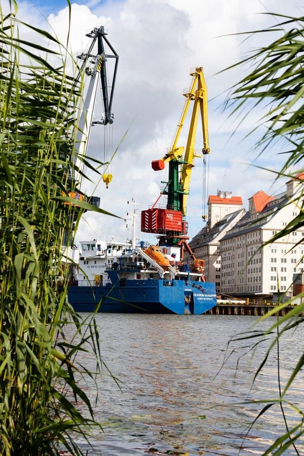 Kaliningrado, Rusia - 8 de julio de 2019: Buques y grúas de carga en el puerto principal de la pesca en mar foto de archivo libre de regalías