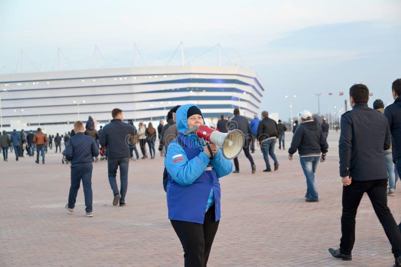 Kaliningrado, Rusia El voluntario femenino del mundial de la FIFA de 2018 con el megáfono en manos Estadio báltico de la arena fotos de archivo