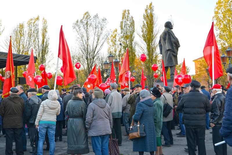 KALININGRADO, RUSIA Gente en una manifestación del Partido Comunista de la Federación Rusa, dedicada al centenario del imagenes de archivo