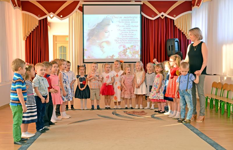 Kaliningrado, Rusia Los niños cantan la canción en un funcionamiento de la mañana, al día de madre devoto kindergarten fotografía de archivo