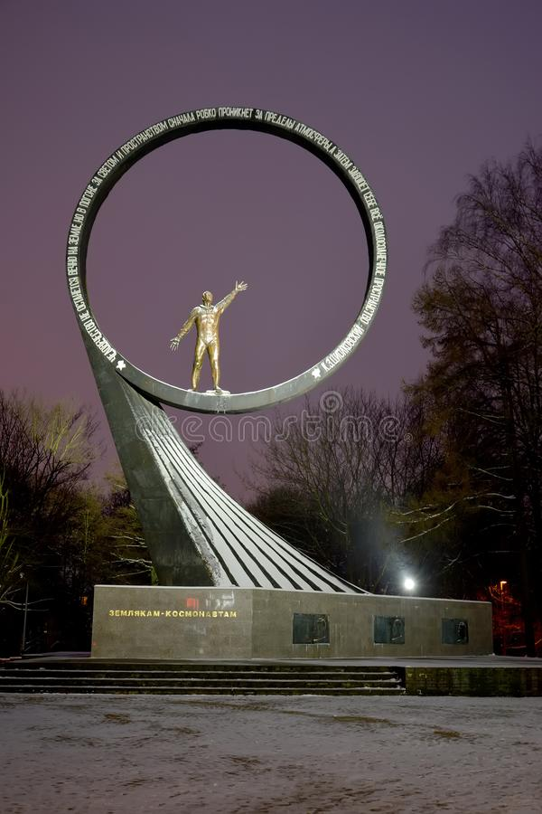 Kaliningrado, Rusia Muestra memorable a los 'astronautas de los compatriotas por la tarde del invierno imagen de archivo libre de regalías