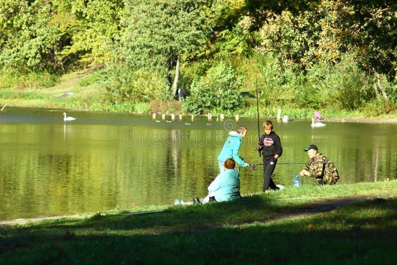 Kaliningrado, Rusia - octubre de 2018: Muchachos que pescan en el lago de Central Park foto de archivo libre de regalías