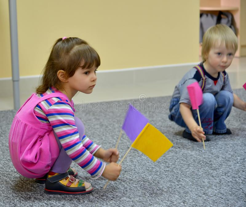 Kaliningrado, Rusia Pequeño juego de niños con las etiquetas, sentándose en un piso kindergarten imágenes de archivo libres de regalías