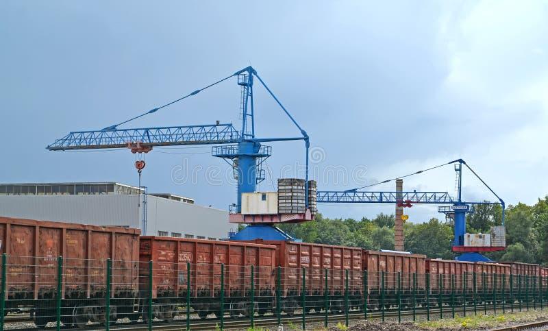 Kaliningrado, Rusia Tren de Freightliner y grúa de la entidad de JSC Baltkran imágenes de archivo libres de regalías