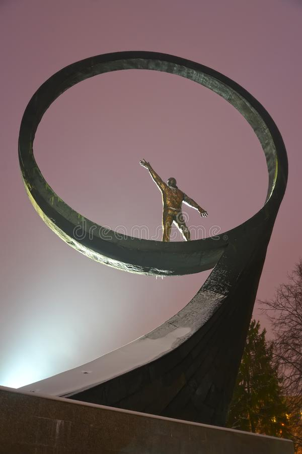 Kaliningrado, Rusia Un fragmento de un monumento a los 'astronautas de los compatriotas teniendo en cuenta un reflector fotos de archivo