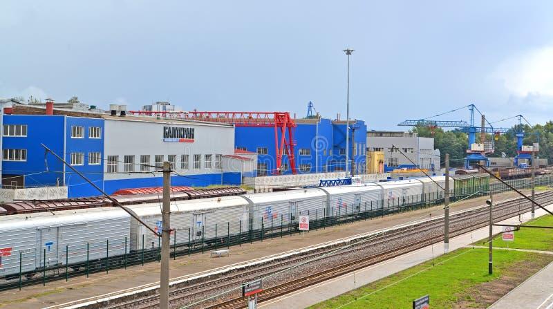 Kaliningrado, Rusia Una opinión sobre las tiendas de la entidad de JSC Baltkran y un ferrocarril de Kutuzovo-Novoye imagenes de archivo