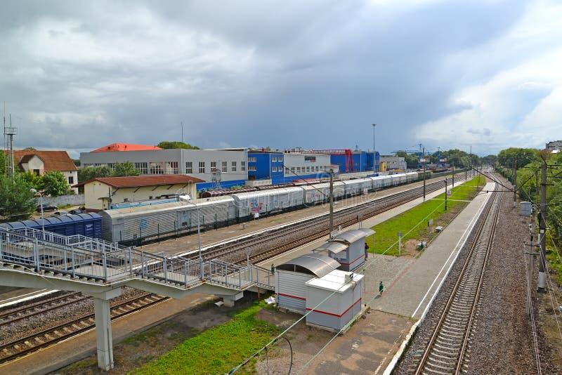 Kaliningrado, Rusia Una opinión sobre un ferrocarril de Kutuzovo-Novoye y la tienda de la entidad de JSC Baltkran imagen de archivo libre de regalías