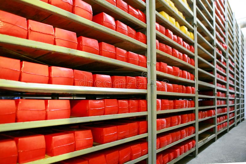 KALINKOVICHI, BIELORRUSIA - 22 de septiembre de 2011: Cosechadora para la producción de queso Máquinas, mecanismos y equipo foto de archivo