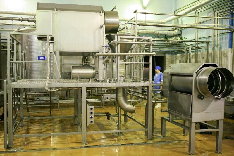KALINKOVICHI, BIELORRUSIA - 22 de septiembre de 2011: Cosechadora para la producción de queso Máquinas, mecanismos y equipo fotografía de archivo