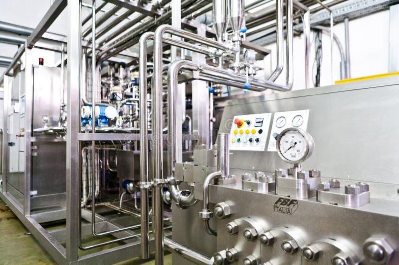 KALINKOVICHI, BIELORRUSIA - 22 de septiembre de 2011: Cosechadora para procesar la leche Máquinas, mecanismos y equipo foto de archivo libre de regalías