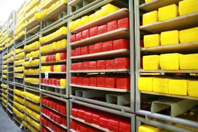 KALINKOVICHI, BIELORUSSIA - 22 settembre 2011: Associazione per la produzione di formaggio Macchine, meccanismi ed attrezzature immagini stock libere da diritti