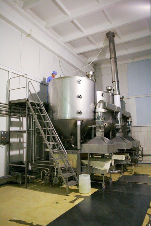 KALINKOVICHI, BIELORUSSIA - 22 settembre 2011: Associazione per la produzione di formaggio Macchine, meccanismi ed attrezzature immagini stock