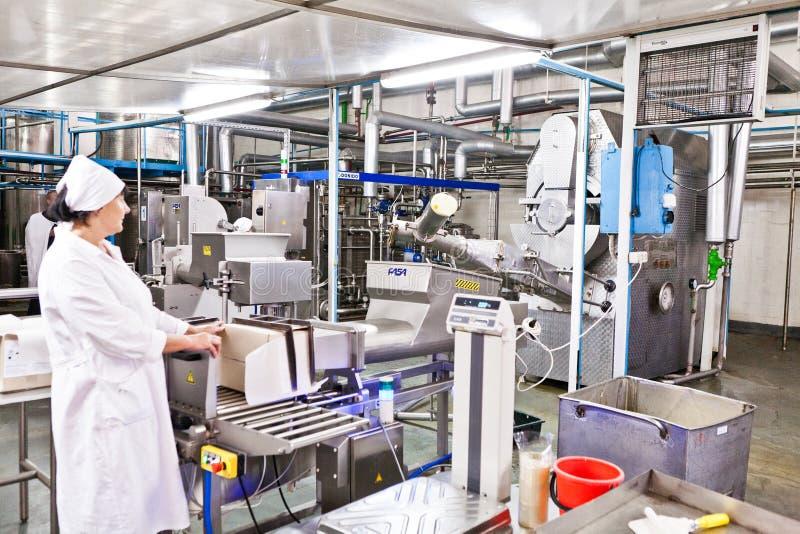 KALINKOVICHI, BIELORUSSIA - 22 settembre 2011: Associazione per trasformare latte Macchine, meccanismi ed attrezzature fotografia stock libera da diritti