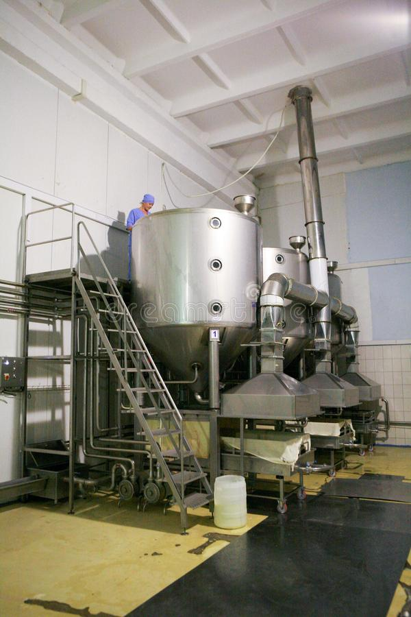 KALINKOVICHI VITRYSSLAND - September 22, 2011: Ost för sammanslutning för tillverkning av Maskiner, mekanism och utrustning arkivbilder