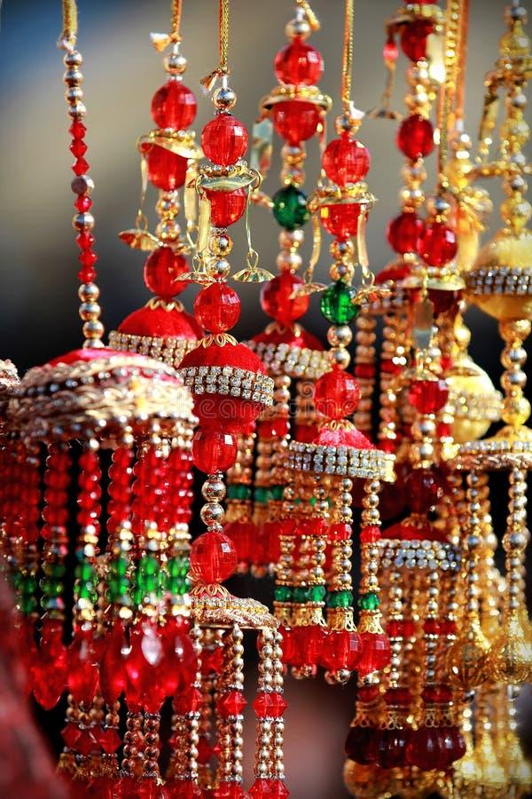 Kalire nupcial asiático indio que tintinea campanas en el mercado del festival de la cultura fotos de archivo