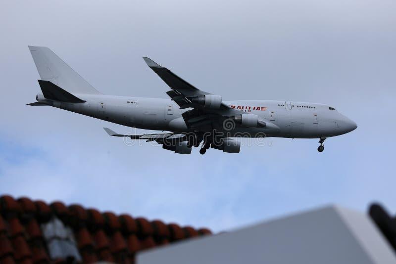 Kalitta проветривает взлетно-посадочную дорожку Боинга 747 причаливая стоковые изображения