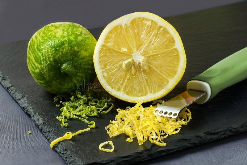 Kalk en citroen, te pellen citrusvruchtenschil en mes royalty-vrije stock foto's