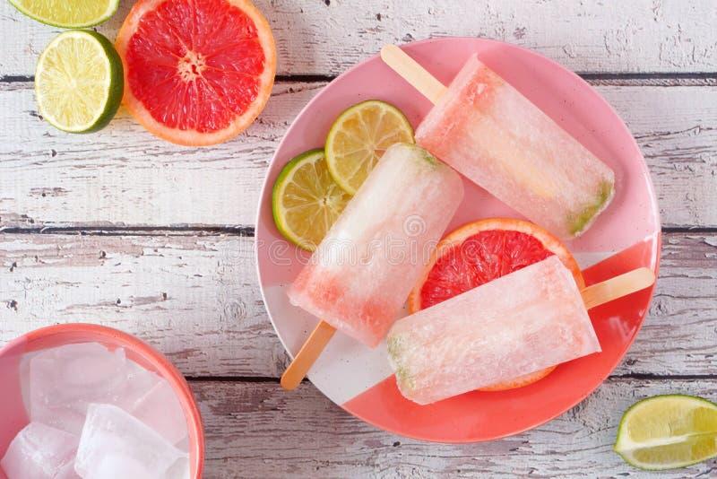 Kalk en grapefruit het ijs knalt, de hoogste scène van de meningslijst over wit hout royalty-vrije stock foto's