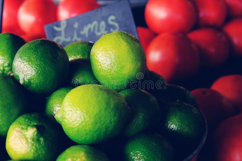 Kalk en tomaten bij markt stock afbeeldingen