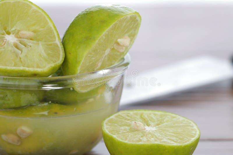 Kalk met vers gedrukt citroensap stock foto