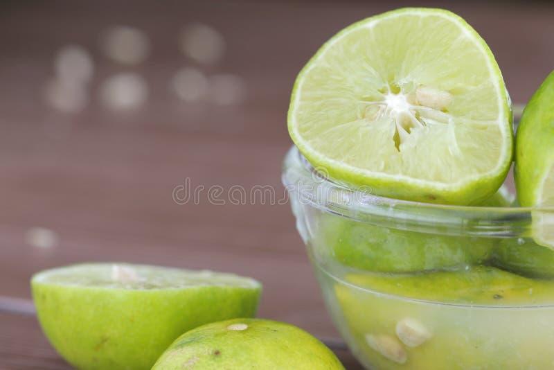 Kalk met vers gedrukt citroensap stock afbeeldingen