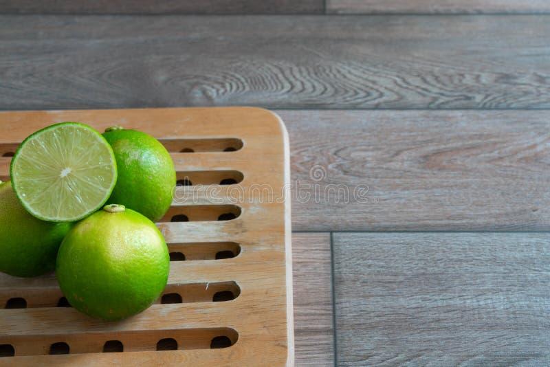 Kalk op een houten dienblad in de keuken stock foto's