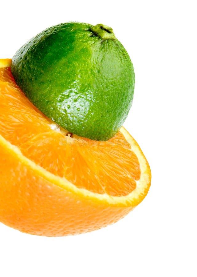 Kalk und Zitrone geschnitten zur Hälfte stockfotos