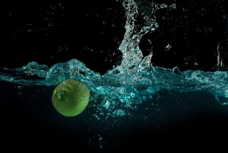 Kalk unter dem Wasserspritzen lizenzfreie stockfotografie