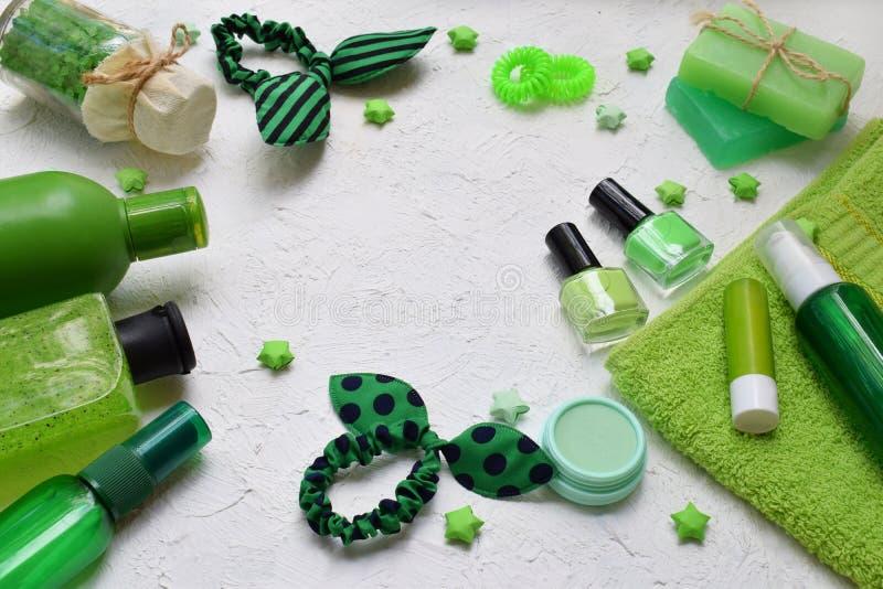 Kalka produkter för behandling för mintkaramellsammansättningsskönhet i gröna färger: schampo tvål, salt för bad, handduk, olja O fotografering för bildbyråer