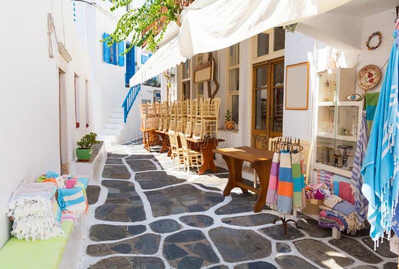 Kalkad smal gata i den Mykonos ön, Cyclades, Grekland royaltyfria foton