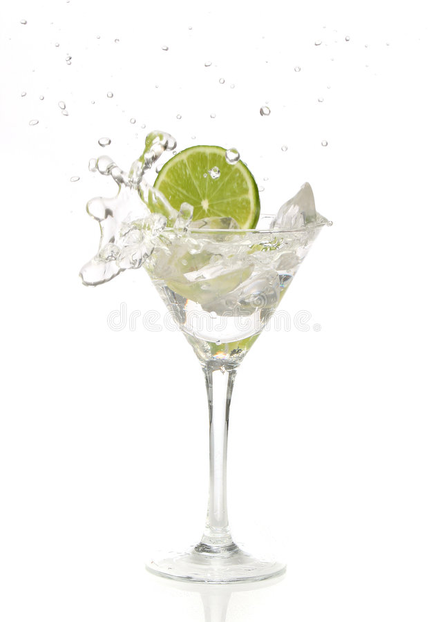Kalken Sie das Spritzen in ein Cocktail stockfotografie