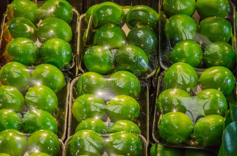 Kalken Sie die Verpackung und mit einwickeln, anhaften Verpackung im Satz von 6, für Verkauf an einem Obstmarkt lizenzfreies stockfoto