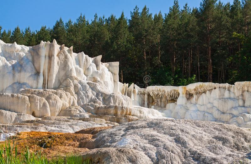 Kalksteenheuvel door waterreproductie wordt gecreeerd voor bos dat royalty-vrije stock foto's