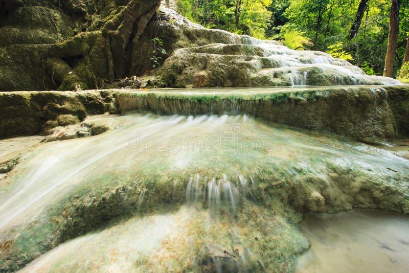 Kalkstein-Wasserfall in arawan kanchanaburi Thailand Nationalpark des Wasserfalles lizenzfreie stockbilder