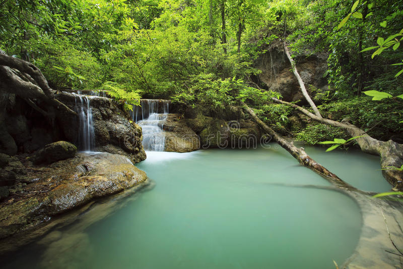 Kalkstein-Wasserfall in den Nationalpark des arawan Wasserfalles kanchan lizenzfreies stockfoto