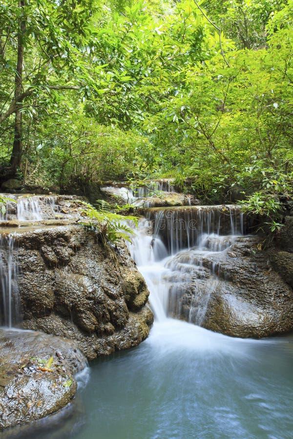 Kalkstein-Wasserfall in den Nationalpark des arawan Wasserfalles kanchan stockfoto