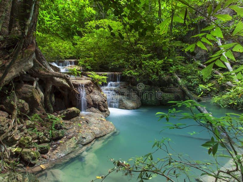 Kalkstein-Wasserfall in den Nationalpark des arawan Wasserfalles kanchan stockfotos