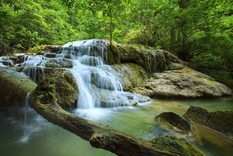 Kalkstein-Wasserfall in den Nationalpark des arawan Wasserfalles kanchan lizenzfreie stockfotografie