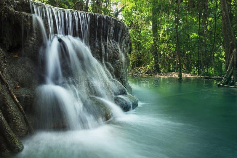 Kalkstein-Wasserfall in den Nationalpark des arawan Wasserfalles kanchan stockbilder