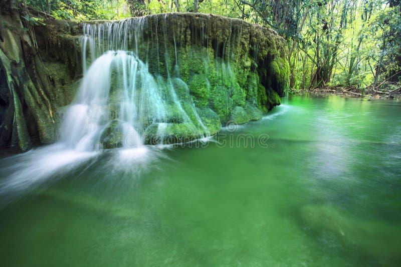 Kalkstein-Wasserfall in den Nationalpark des arawan Wasserfalles kanchan stockbild