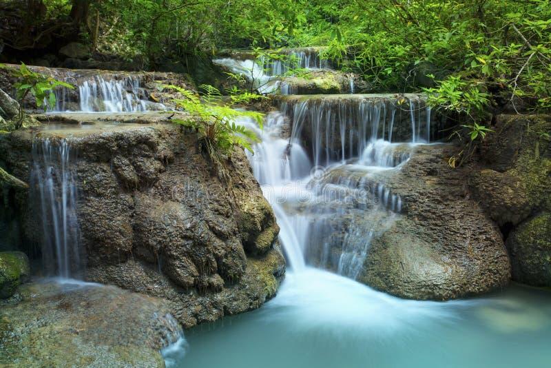 Kalkstein-Wasserfall in Nationalpark des arawan Wasserfalles lizenzfreie stockfotografie