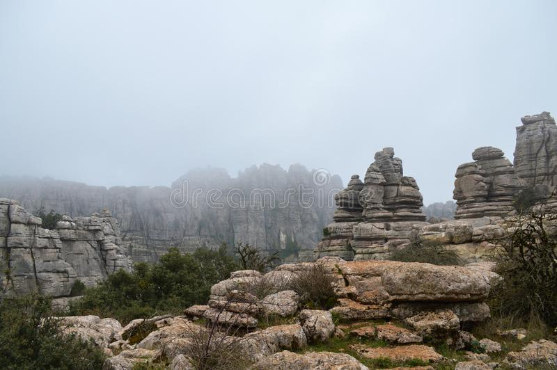Kalksteinbildungen umfasst im Nebel stockfoto