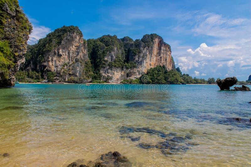 Kalksteinfelsenklippe in Krabi-Bucht, Bucht AO Nang, Railei und Tonsai setzen Thailand auf den Strand lizenzfreie stockfotos