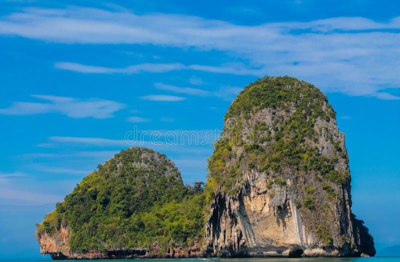 Kalksteinfelsenklippe in Krabi-Bucht, Bucht AO Nang, Railei und Tonsai setzen Thailand auf den Strand stockfoto