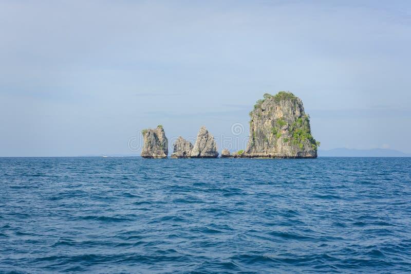 Kalksteinfelsformation in einem Ozean lizenzfreie stockbilder