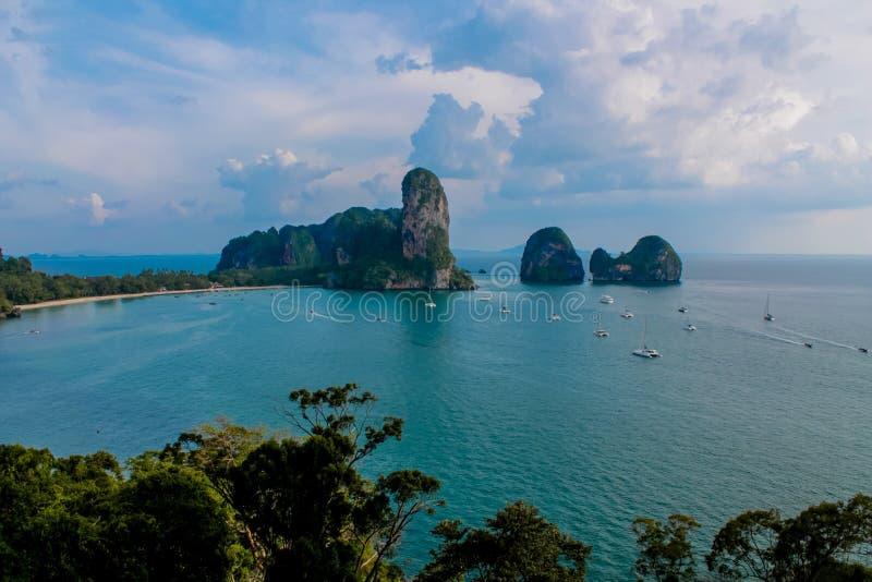 Kalksteinfelsformation Railay und Ton Sai Beachs ragen in eine Bucht in Krabi, Thailand hoch lizenzfreie stockbilder