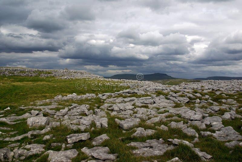 Kalksteinland in den Yorkshire-Tälern stockbilder