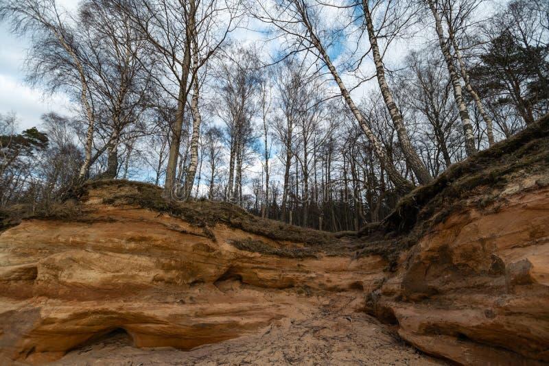 Kalksteinstrand in der Ostsee mit schönem Sandmuster und klarer roter und orange Farbe - touristische Schreiben auf stockbild